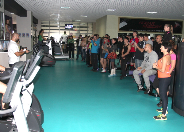 Участники и гости соревнований про Crossfit внимательно слушают главного судью